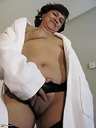 This wet mature slut trips on a dildo