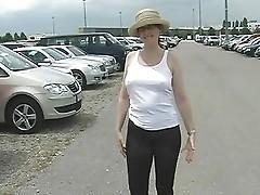 Spaziergang mit durchsichtiger Capri-Strumpfhose