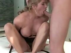 Ana honte real gives a Kinky foot Job to a chunky Rod