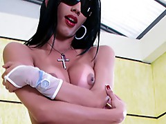 Bombshell around giant tities is a Man! watch her boner on webcam!