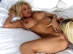 Rhyse Richardson cums hard as Brooke Belle laps at her dripping cum-hole