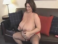 Brunette mit dicken Titten masturbiert