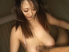 Japanese babe gives good titjob