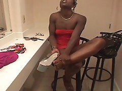 Horny milf get electric shock by her daughter !