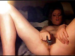 Teen fucking her cunt with a toy on cam