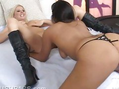 Blonde bimbo Riley Evans gets so wet playing with her friends pussy