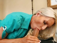 Raging cougar Emma Starr slurps on this fuck stick