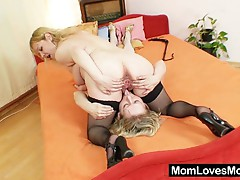 Amateur moms toy each other's cunts