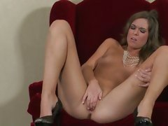 Sizzling Adrienne Manning torments her piss flaps