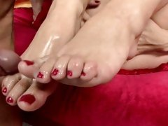 Sarah Vandella has her terrific toes jizzed