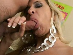 Amber Lynn sipping the cock to get the cumshot