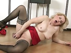 Horny milf masturbates with dildo until she cums