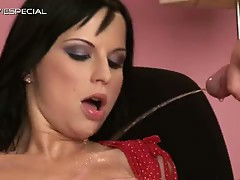 Slut in stockings gets pissed in her